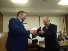 Вручение диплома Г. П. Мельникову
